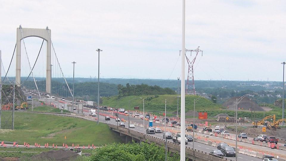 Vue large du pont Pierre-Laporte, à Québec. Plusieurs véhicules roulent dans les deux sens.
