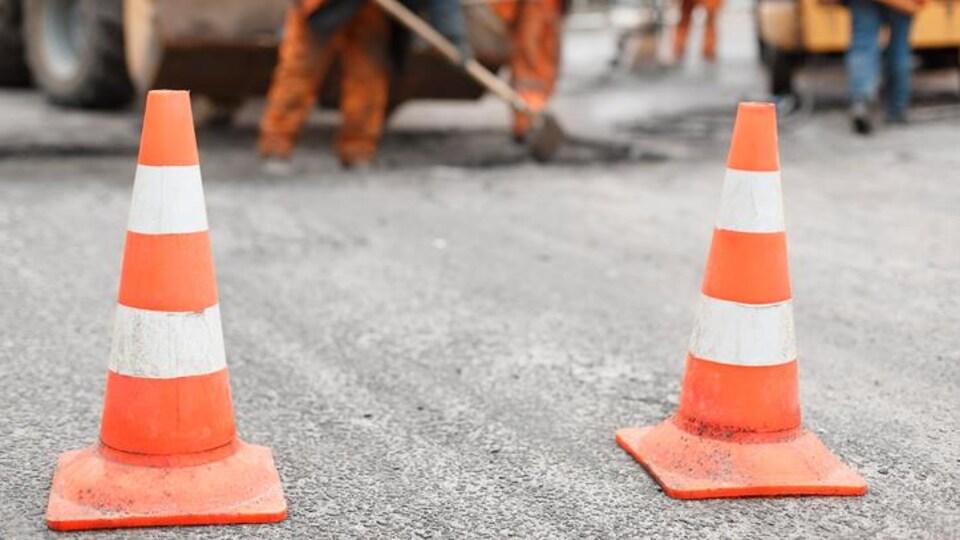 Des cônes orange de signalisation.