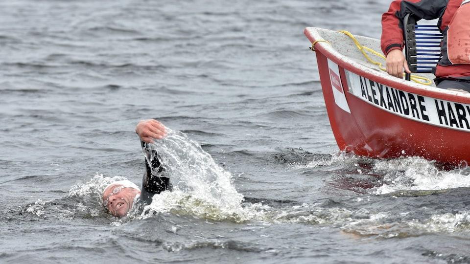 Un homme nage.