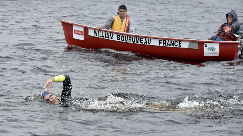 Un homme nage dans le lac Saint-Jean.