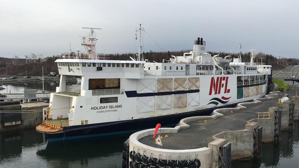 Le traversier NM Holiday Island au quai de Caribou en Nouvelle-Écosse.