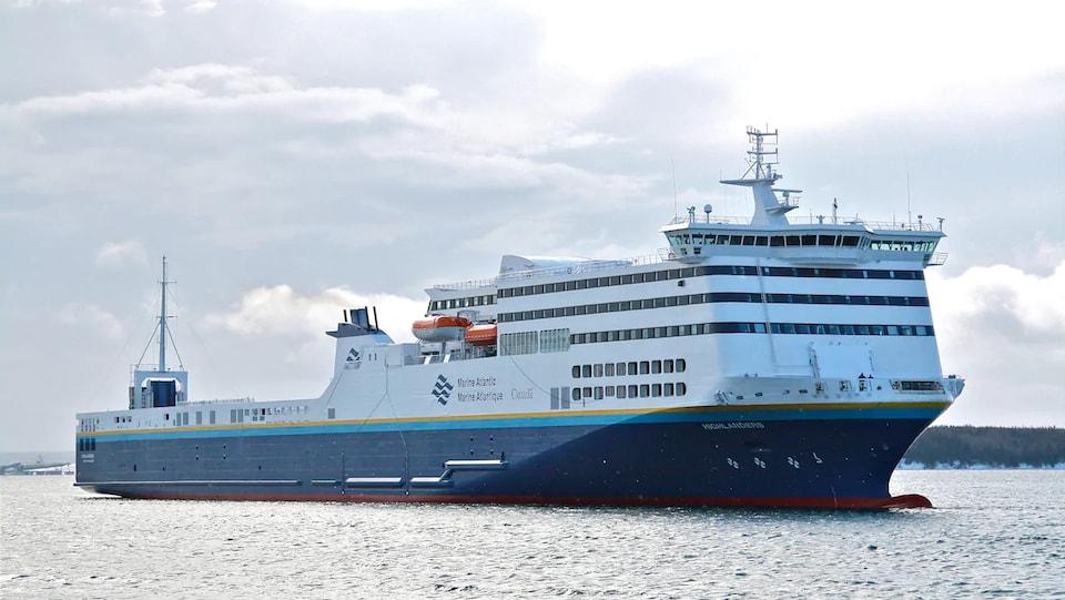 Un traversier de Marine Atlantique navigue sur l'eau.