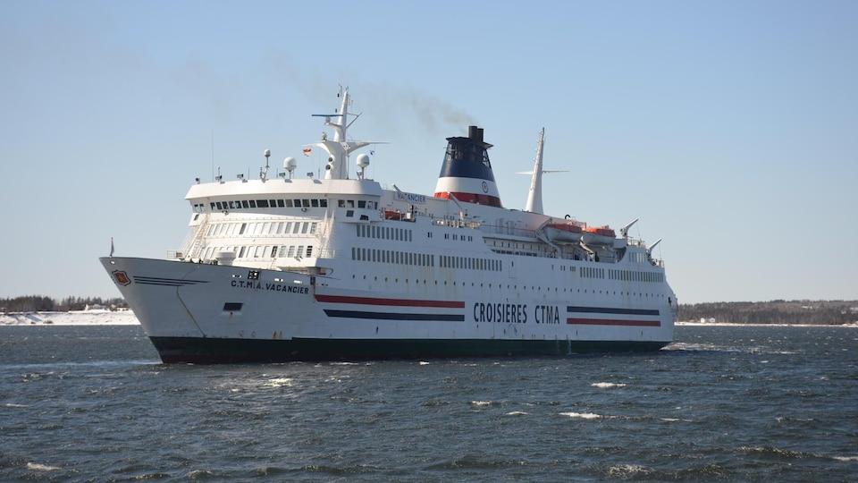 Le bateau CTMA Vacancier quelques secondes après son départ.