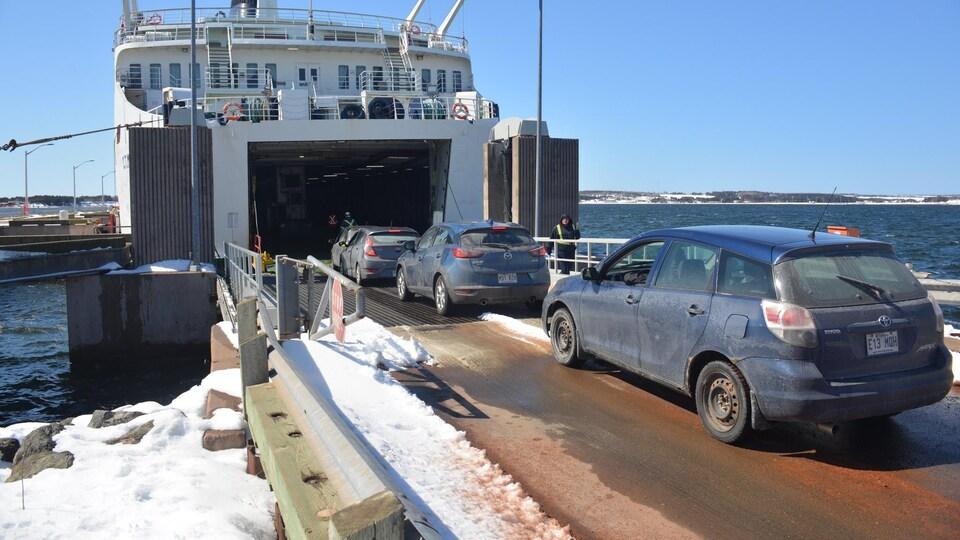 Des véhicules immatriculés au Québec entrent sur le traversier.