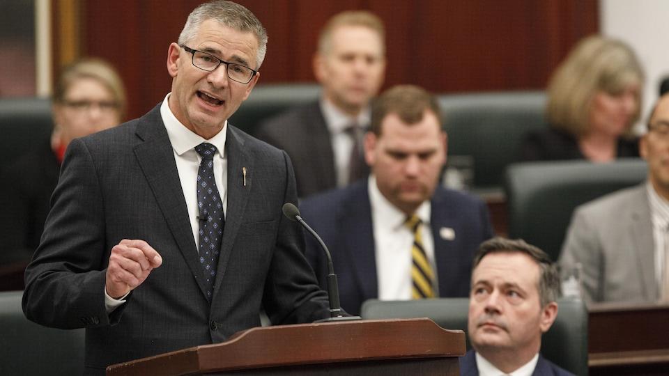 Travis Toews parle en chambre à l'Assemblée législative de l'Alberta.
