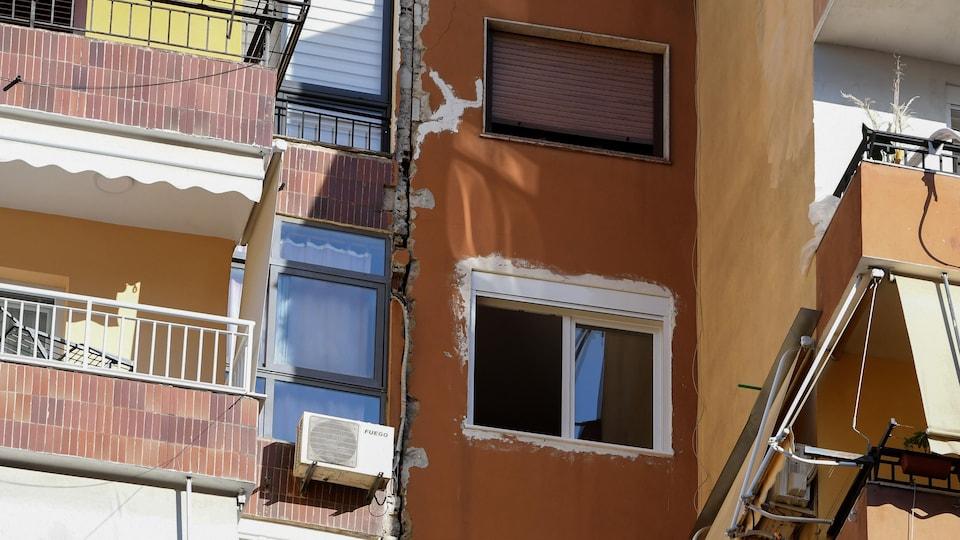 Une fissure dans le mur d'un immeuble en Albanie après un tremblement de terre.
