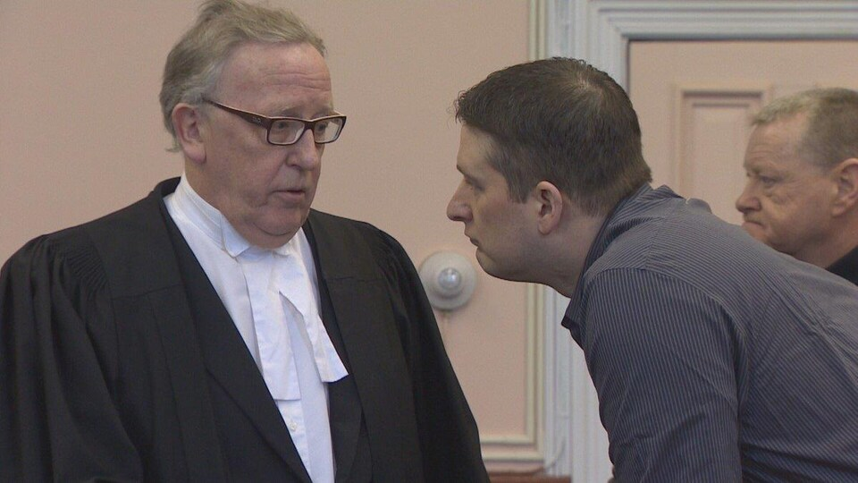 L'avocat de la défense Derek Hogan et l'accusé, Trent Butt, durant le procès.