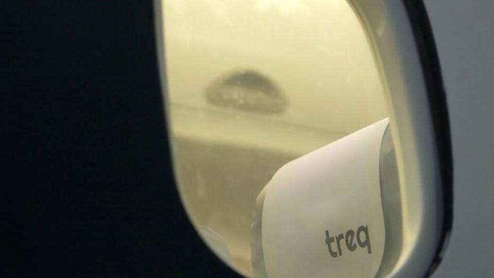 Un siège d'avion où il est écrit TREQ.