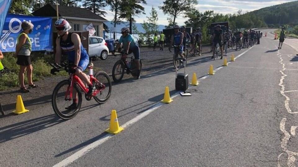 Des cyclistes sur la ligne de départ placés en mode poursuite.