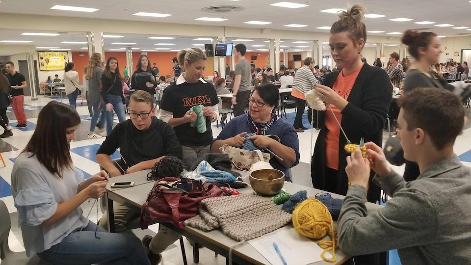 Des élèves de la polyvalente W.-A. Losier au Nouveau-Brunswick pratiquent la tricot-thérapie.