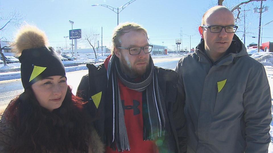 Les trois personnes dans une rue de Trois-Rivières l'hiver