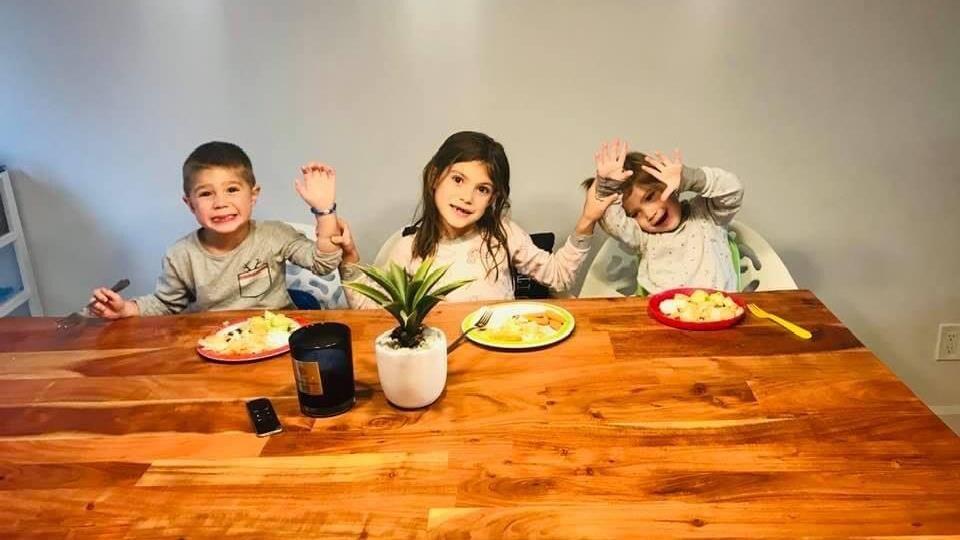 Trois enfants attablés.