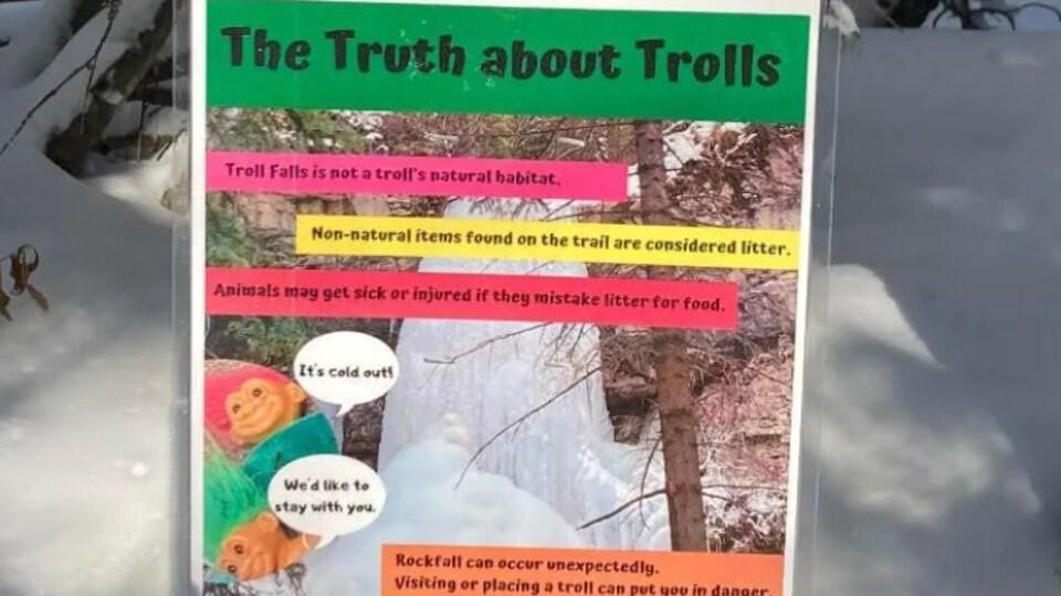 Une pancarte qui avertit de ne pas cacher de trolls dans le sentier.
