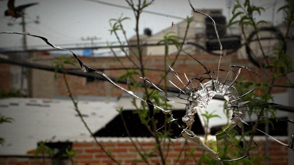Un trou fait par une balle au Mexique le 13 avril 2015.