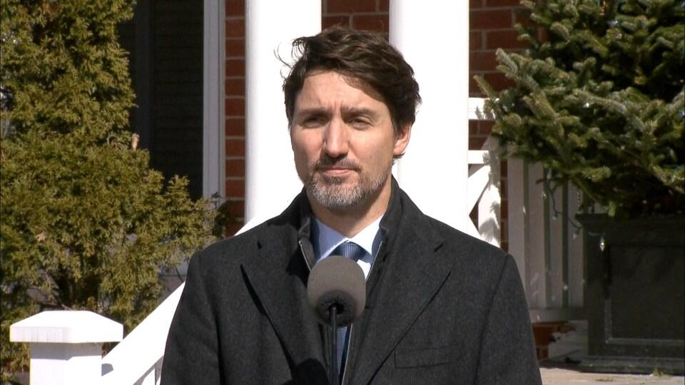 Gros plab de Justin Trudeau au lutrin.