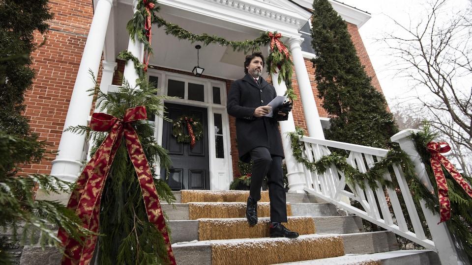 Le premier ministre Justin Trudeau donne une conférence de presse devant le Rideau Cottage.