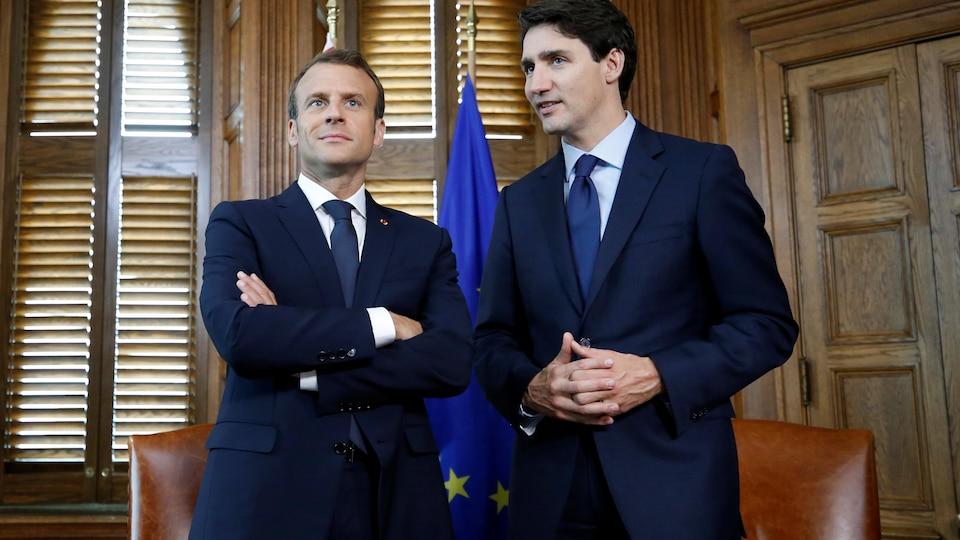 Emmanuel Macron et Mustin Trudeau prennent la pose dans un bureau.