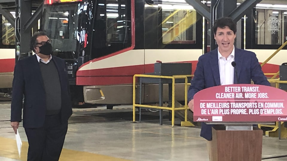 Justin Trudeau et Naheed Nenshi dans une station de train léger.