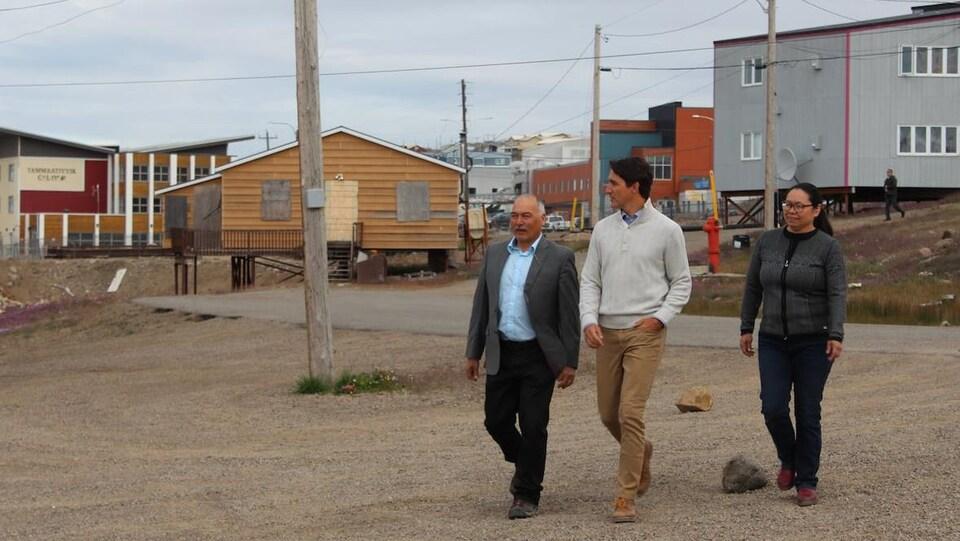Le gouvernement libéral de Justin Trudeau, que l'on voit ici en compagnie de Joe Savikataaq, premier ministre du Nunavut, et de Madeleine Redfern, mairesse d'Iqaluit, se voit reprocher de ne pas avoir publié son cadre stratégique pour l'Arctique.