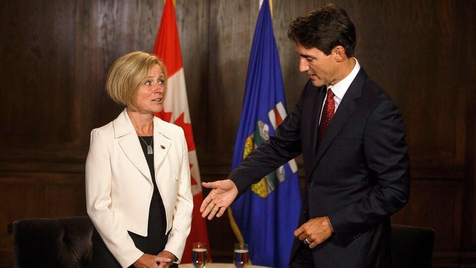 Justin Trudeau qui tend la main à Rachel Notley.