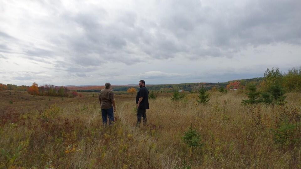 David Robert et Michel Normand dans un champ.