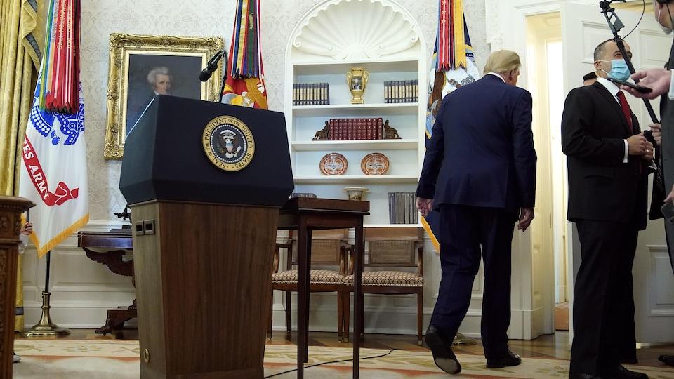 Donald Trump de dos quitte le bureau ovale à la Maison-Blanche.
