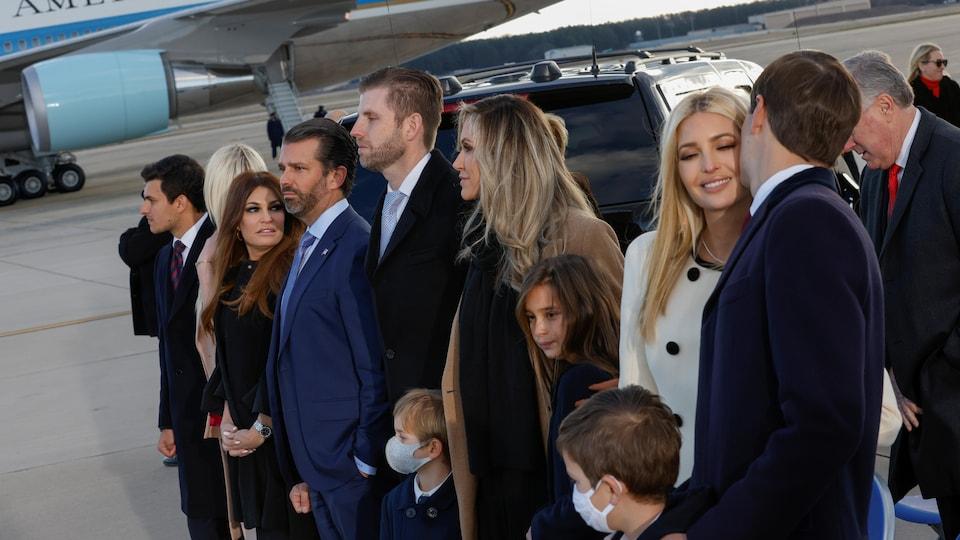 La famille de Donald Trump, en rangée, près de l'avion présidentiel.