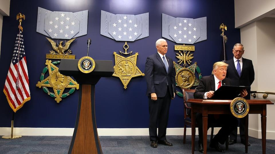 Le nouveau décret a été signé par le président Donald Trump, au Pentagone, sous le regard de son vice-président Mike Pence et de son secrétaire à la Défense, James Mattis.