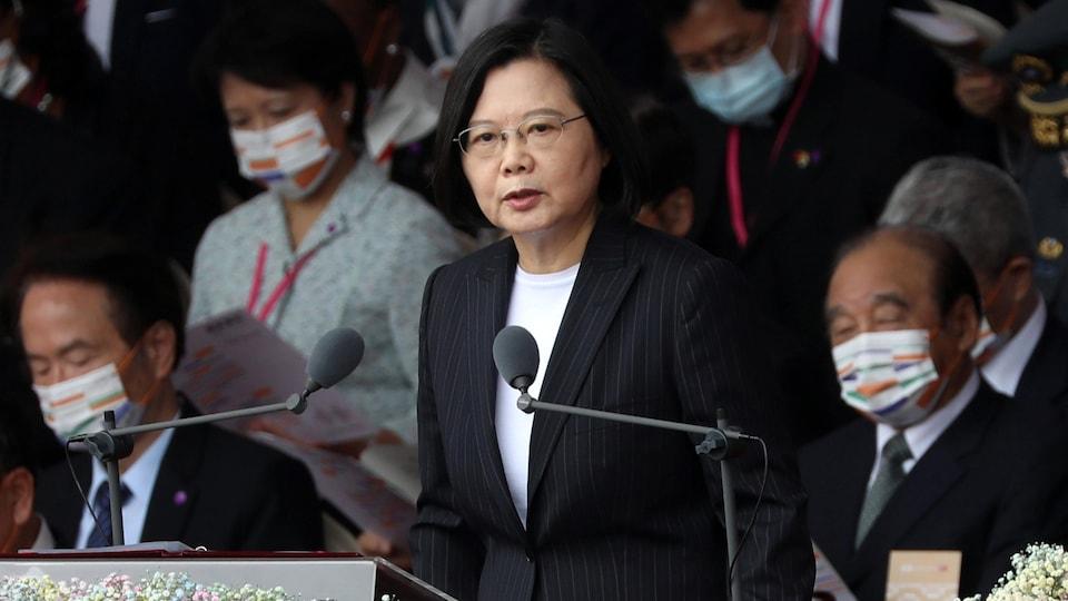 Una mujer dando un discurso en el podio.