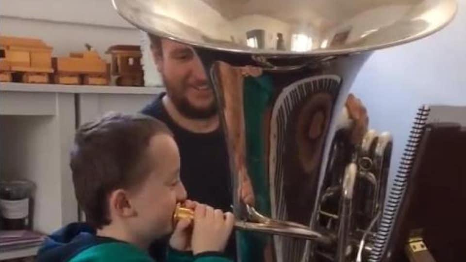 Michael Raney enseigne à son fils comment jouer du tuba.
