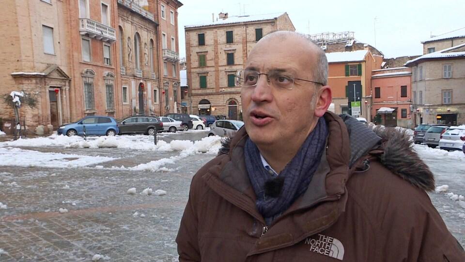 Gros plan sur le visage de Tullio Patassino, candidat de la Lega à Macerata, en Italie
