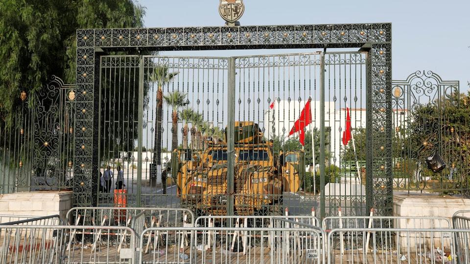Un véhicule militaire bloque l'accès au parlement tunisien.