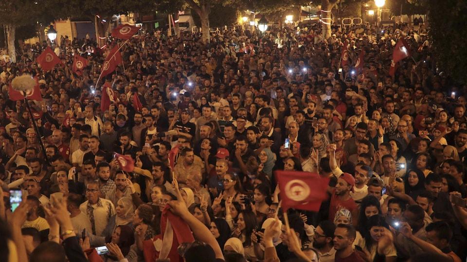 La foule à Tunis réagit avec enthousiasme aux prévisions donnant la victoire du second tour de la présidentielle au conservateur, le professeur de droit Kais Saied.