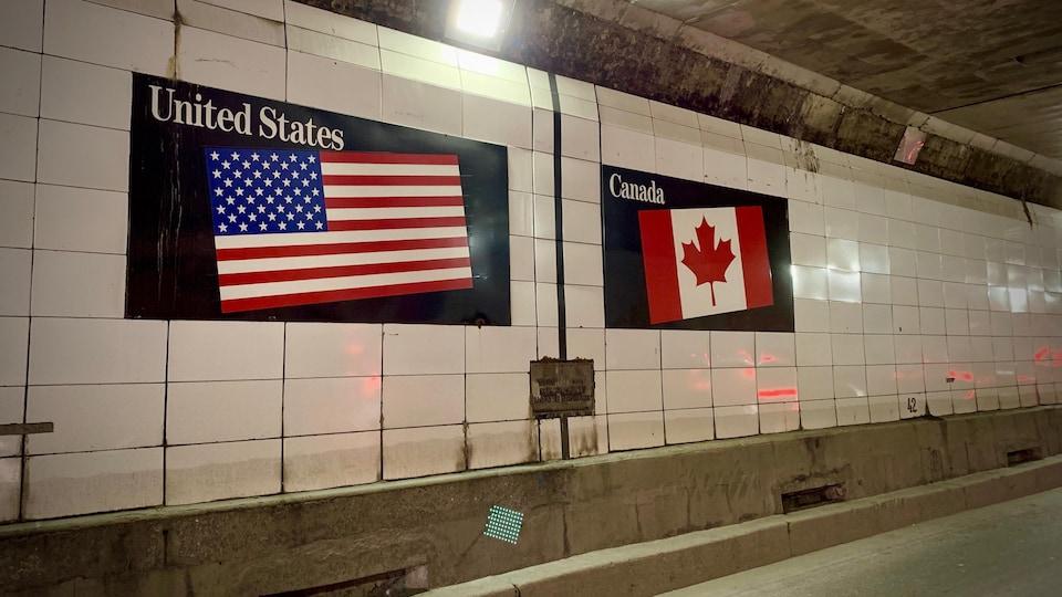 La frontière canado-américaine dans le tunnel reliant Windsor, en Ontario, à Détroit au Michigan.