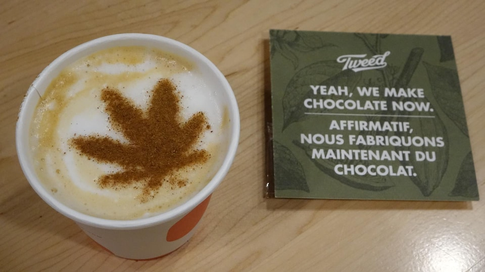 Une feuille de marijuana est dessinée sur une boisson chaude.