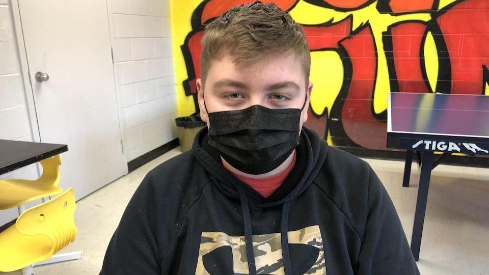 Tyler Legacy (13 ans), élève de 8e année, pose ici avec son masque.