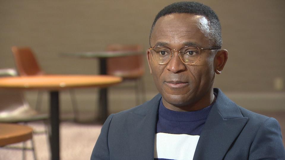 Ubaka Ogbogu donne une entrevue.