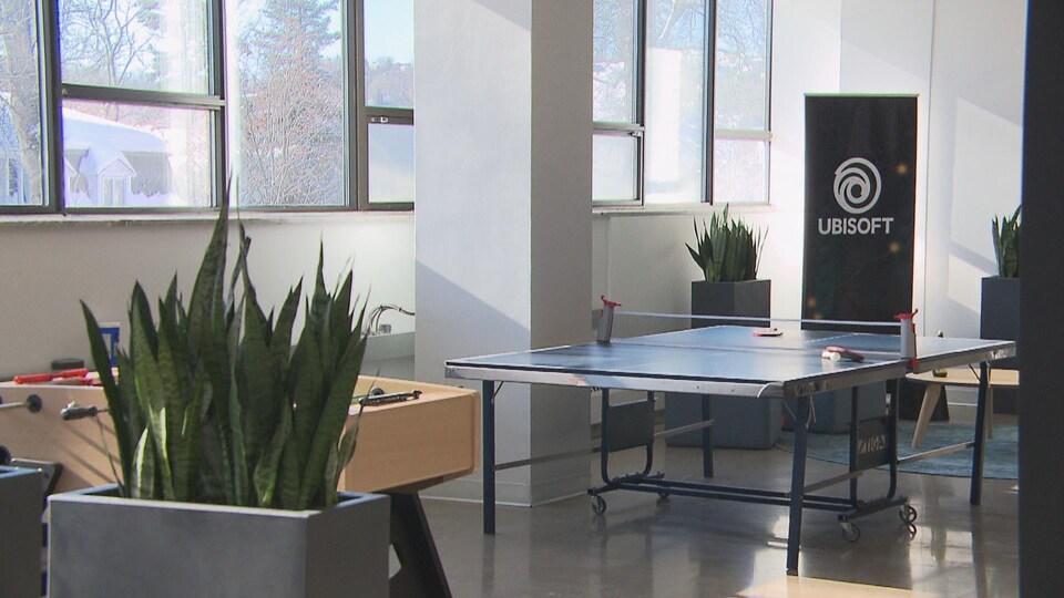 Une table de soccer et une table de tennis sont à la disposition des employés.