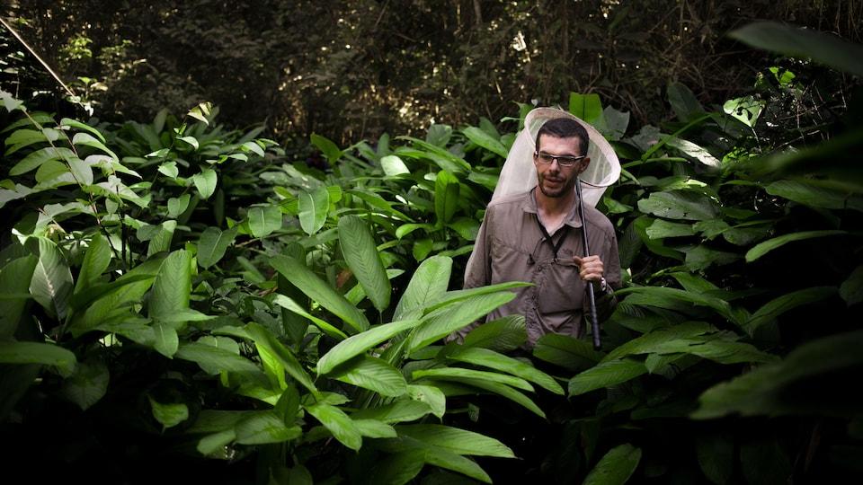 Un homme dans une forêt