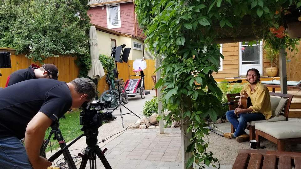 Daniel Petit et Olivier Jodouin filment une performance d'Etienne Fletcher dans son jardin.