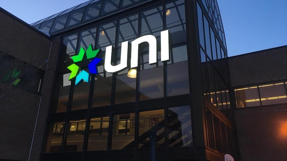 L'enseigne d'UNI Coopération financière sur l'édifice.