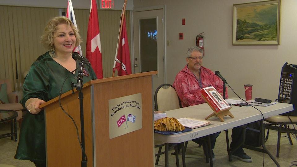 La présidente de l'Union nationale métisse Saint-Joseph du Manitoba, Paulette Duguay, et l'adjudant Claude Boivin.