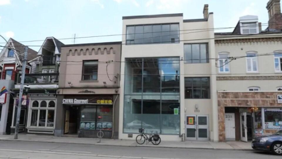 Un immeuble de trois étages à Toronto, près d'un restaurant chinois.