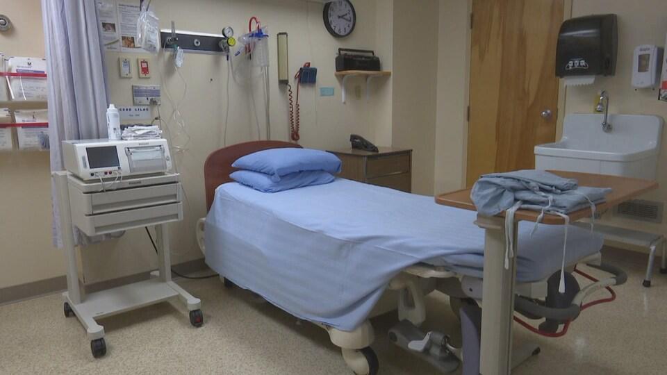 Une chambre d'hôpital vide.