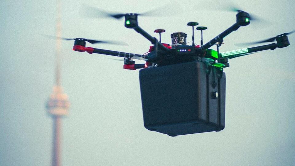 Un drone au premier plan et la Tour CN à l'arrière-plan.