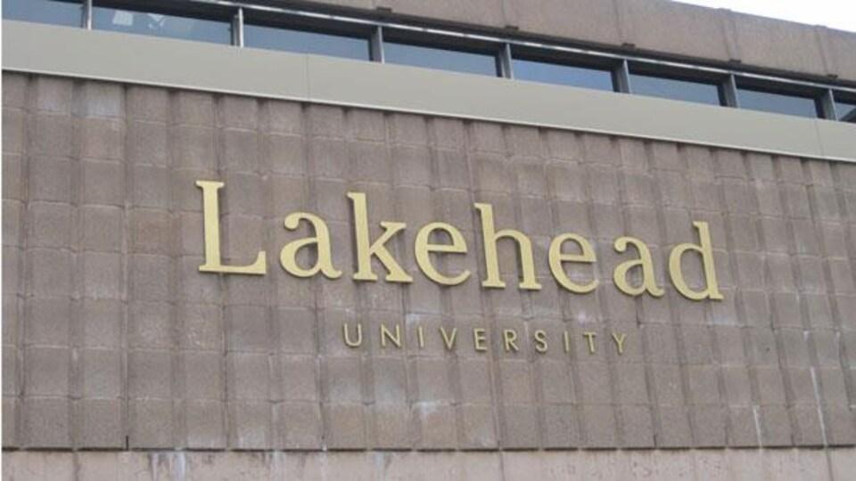 Une enseigne de l'Université Lakehead de Thunder Bay.