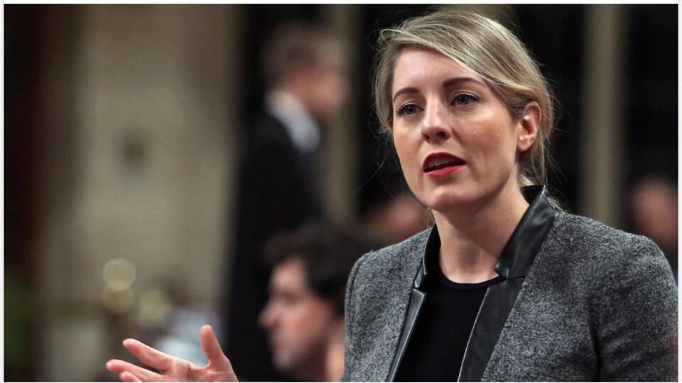 La ministre Mélanie Joly parle à la caméra.