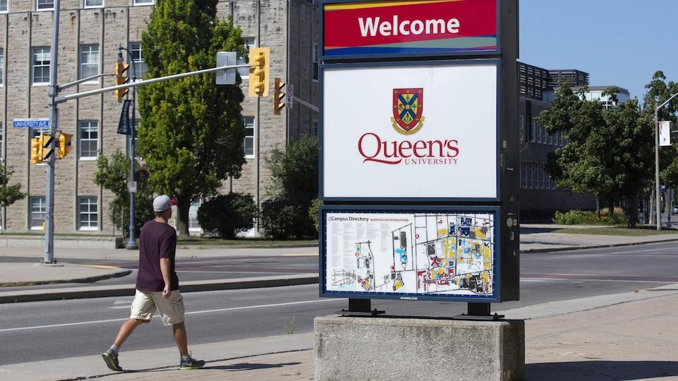 Un panneau de l'Université Queen's à Kingston.