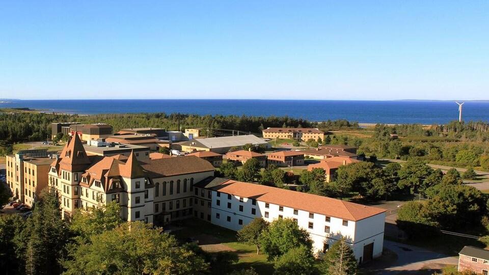 Vue aérienne du campus avec vue sur la baie Sainte-Marie
