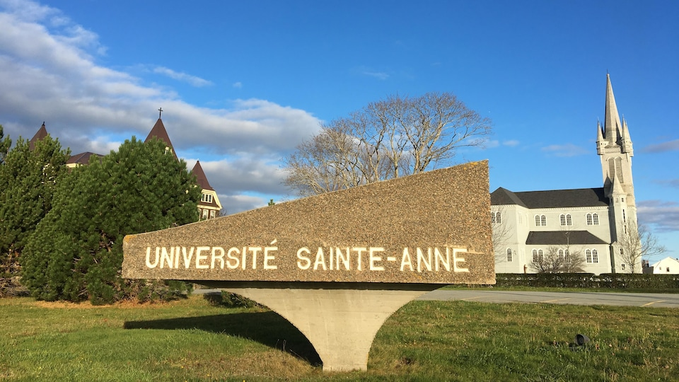 Photo devant l'Université Sainte-Anne le 1er novembre 2019.